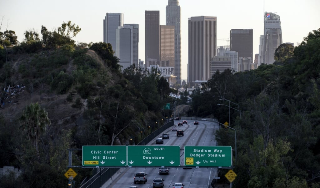 Grote delen van het wegennet in de Verenigde Staten zijn er belabberd aan toe. Op de foto de 110 Freeway richting het centrum van Los Angeles.  (beeld epa / Etienne Laurent)