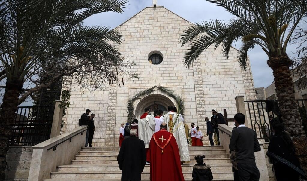 De rooms-katholieke kerk van de Heilige Familie in de Gazastrook tijdens de viering van Palmzondag, 28 maart 2021.  (beeld afp / Mohammed Abed)