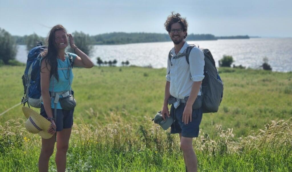 Li An Phoa en Maarten van der Schaaf aan het einde van hun tocht langs de IJssel.  (beeld Maarten van der Schaaf)