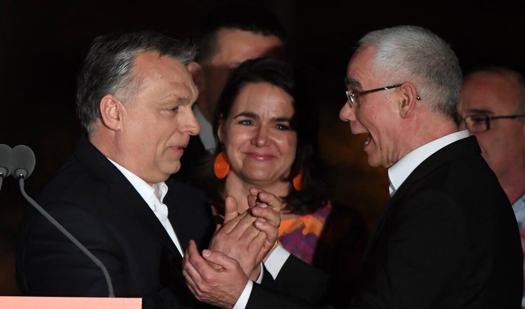 De Hongaarse premier Viktor Orbán en minister annex gereformeerd predikant Zoltán Bálog in 2018.  (beeld afp / Attila Kisbenedek)
