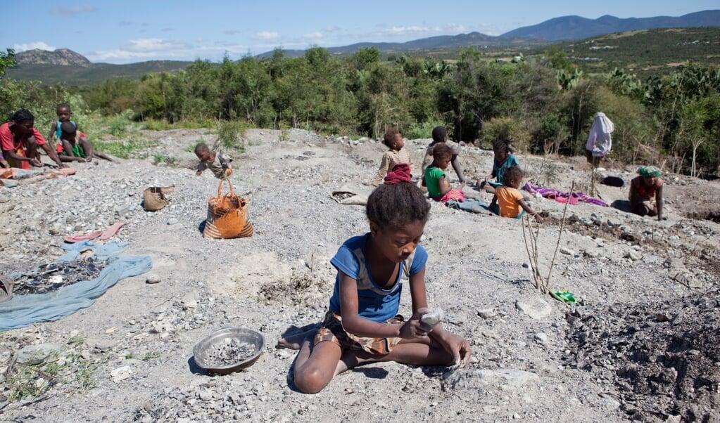 Magmasoa (10) werkt in een micamijn in Ampikazo. Ze slaat het mineraal in stukjes om vervolgens te sorteren op kwaliteit.  (beeld Terre des Hommes / Jan-Joseph Stok)