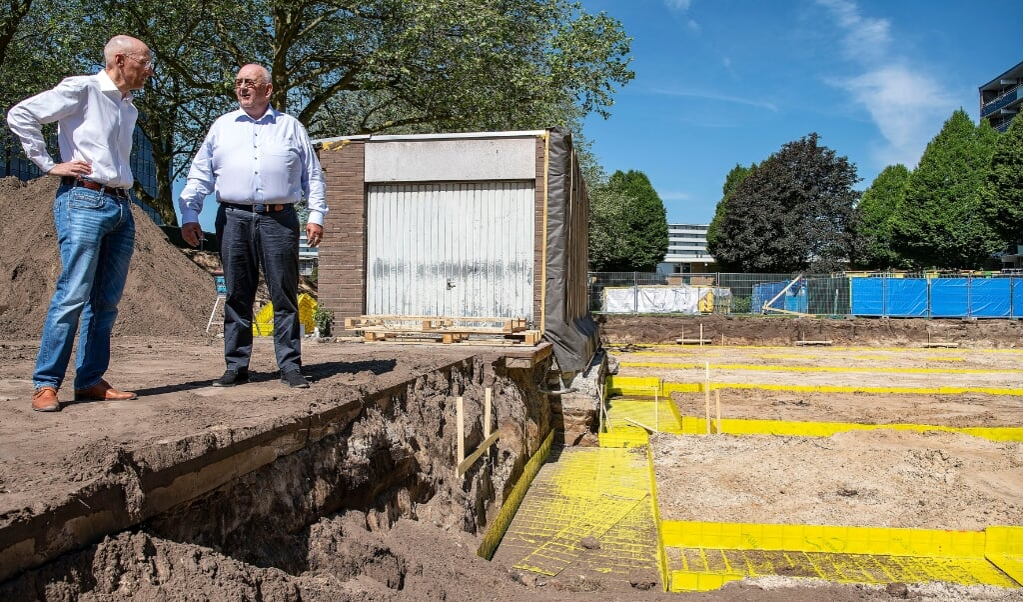 Vastgoedman Kees Jan Hoes (links) en projectontwikkelaar Timo Bergsma (rechts) gaan de Jumbo noodgedwongen om de garage heen bouwen.  (beeld Guus Dubbelman)