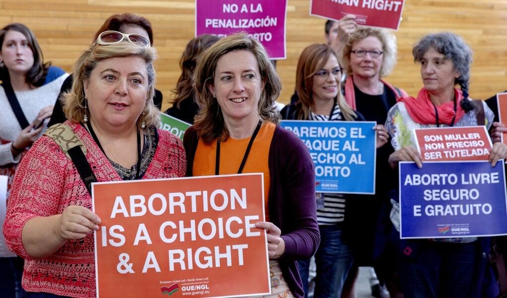 Pro-abortus demonstranten in het Europees Parlement.  (beeld anp / Sander Koning)