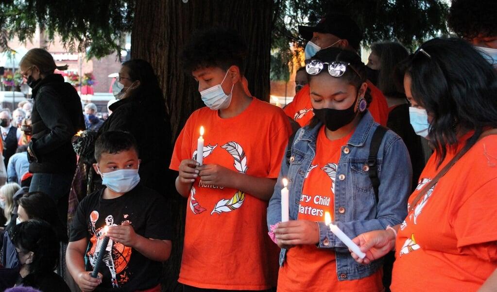 Kinderen bij een wake voor de 215 omgekomen leerlingen van de kostschool in Kamloops, in mei.  (beeld afp / Melinda Trochu)