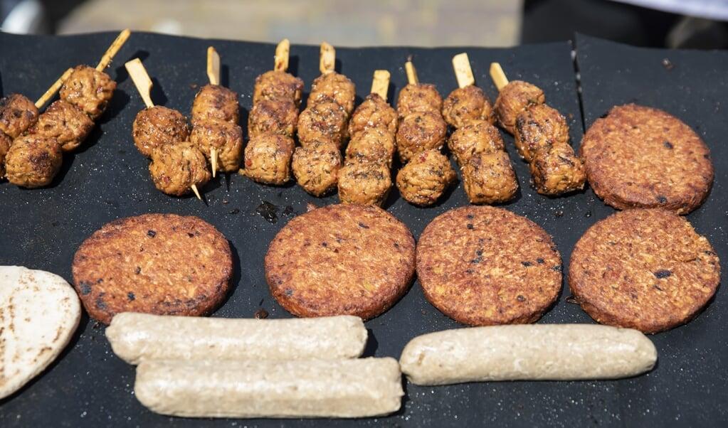Vleesvervangers tijdens de Dier- en Klimaatvriendelijke Parlementaire Barbecue op het Plein op de laatste dag voor het zomerreces van de Tweede Kamer in 2019.  (beeld anp / Bart Maat)