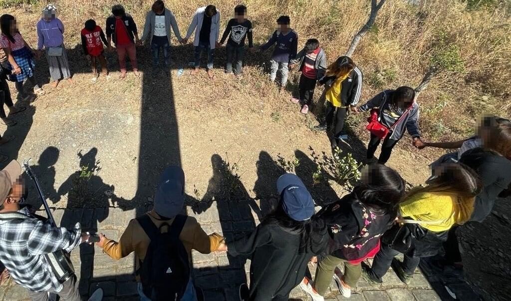 Myanmese jongeren bidden voor vrijheid en vrede.  (beeld Open Doors)