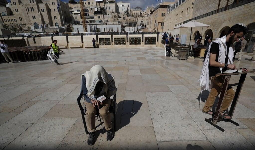 Orthodoxe Joden bidden bij de Klaagmuur in het oude deel van Jeruzalem. 'En er is meer dat we kunnen leren van deze Joodse geleerden.'   (beeld epa / Atef Safadi)