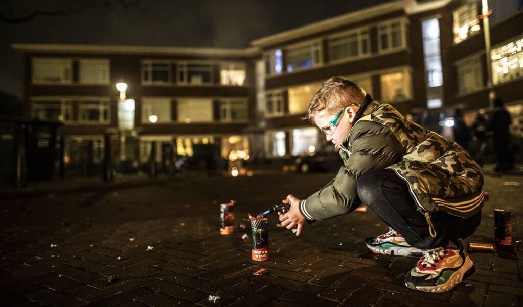 Een jongen steekt vuurwerk af. Als het aan Utrecht ligt, verdwijnt dit uit het straatbeeld.  (beeld anp / Remco Koers)