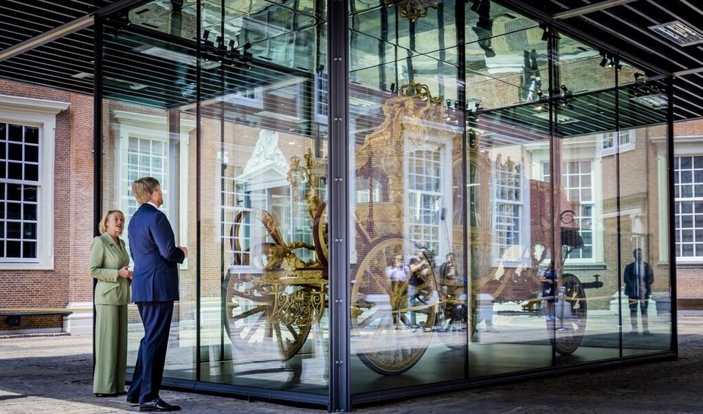 Koning Willem-Alexander opende donderdag de tentoonstelling 'De Gouden Koets' in het Amsterdam Museum.  (beeld anp / Remko de Waal)