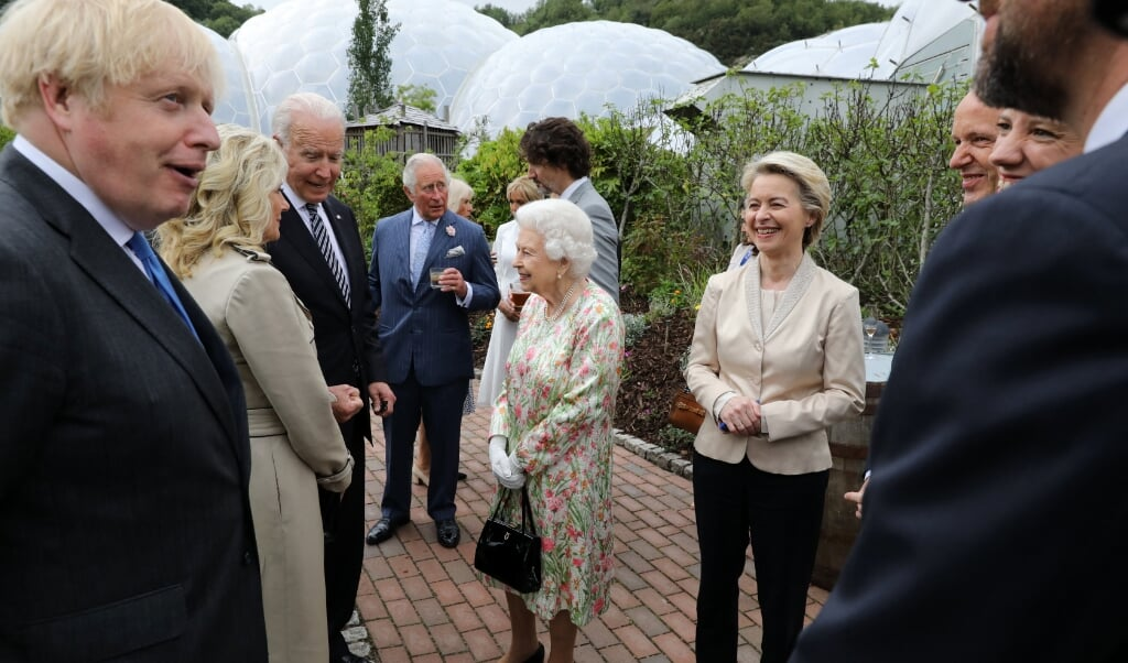 Leiders van de G7 te gast het Engelse Cornwall, waar de Britse koninklijke familie hen in het complex van de botanische tuinen ontving.  (beeld afp / Jack Hill)