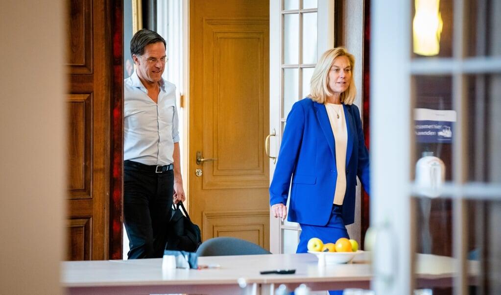 Sigrid Kaag (D66) en Mark Rutte (VVD) voorafgaand aan hun gesprek met informateur Mariëtte Hamer.  (beeld anp / Bart Maat)