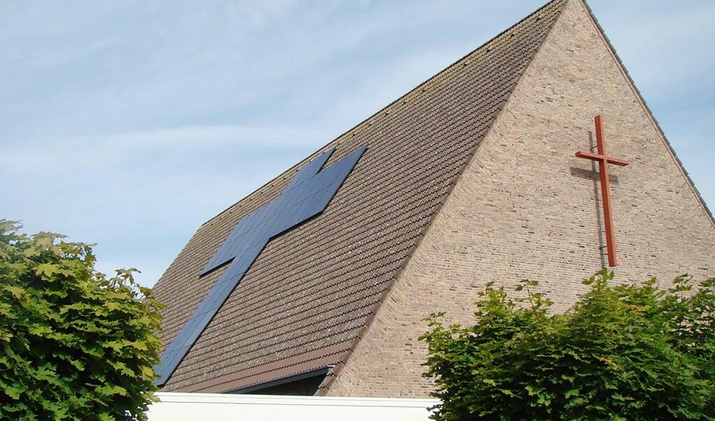 De Trefpuntkerk in Broek op Langedijk werd vijf jaar geleden voorzien van zonnepanelen – in kruisvorm.  (beeld trefpuntkerk)