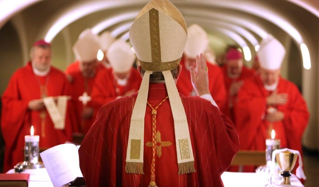 De Nederandse bisschoppen vieren in december 2013 de eucharistie in de crypte van de Sint Pieter bij het graf van de apostel Petrus tijdens het vijfdaagse Ad Limina-bezoek aan Rome.   (beeld anp / Ramon Mangold)
