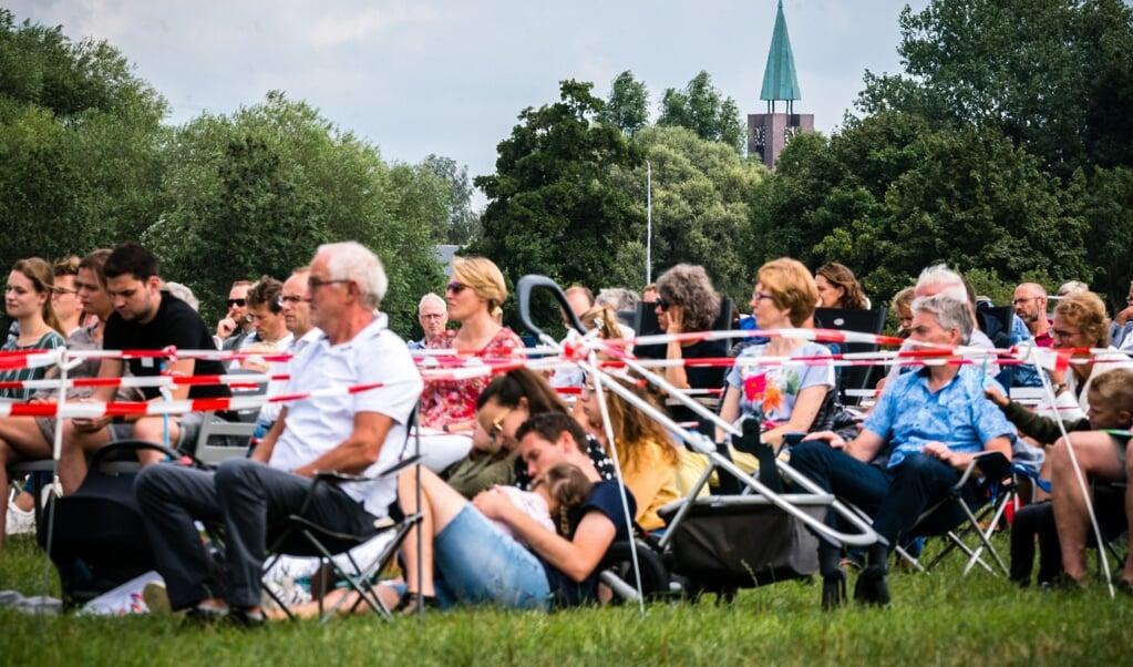 Kerkgangers tijdens een openluchtdienst van de Hervormde Gemeente Barneveld.  (beeld anp / Rob Engelaar)