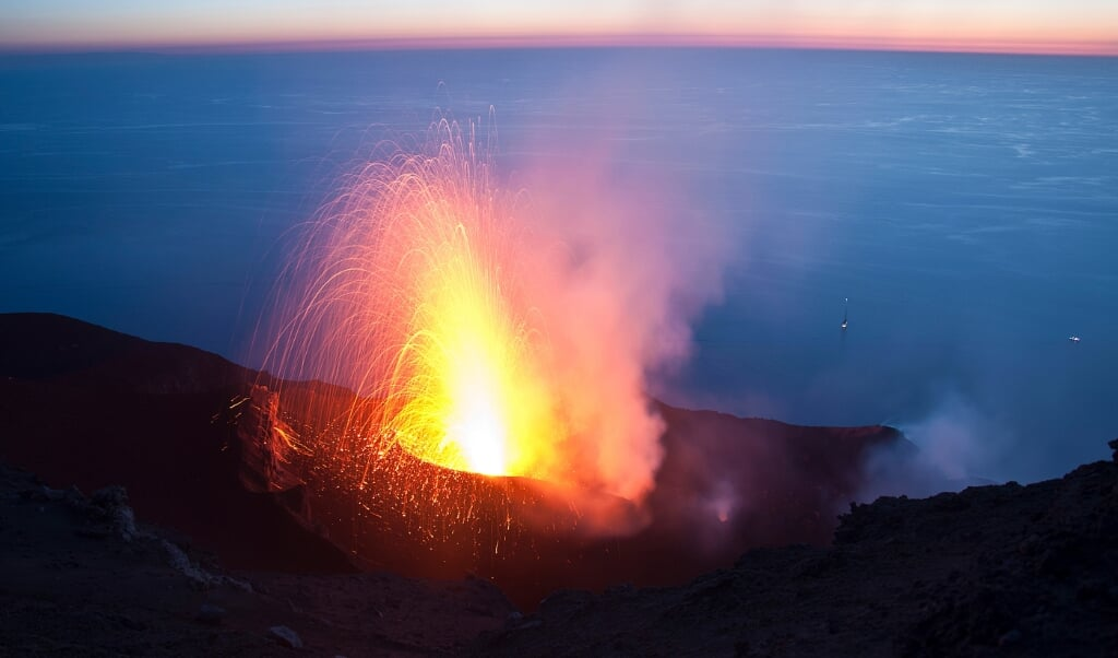 De Italiaanse Stromboli-vulkaan kent al zeker tweeduizend jaar lang elke tien minuten een kleine eruptie.  (beeld unige / Luca Caricchi)