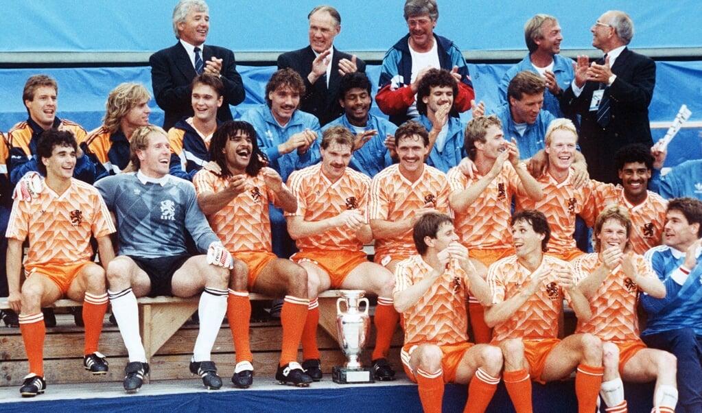 Het Nederlands elftal na de gewonnen finale tegen de Sovjet-Unie, in 1988.  (beeld afp)
