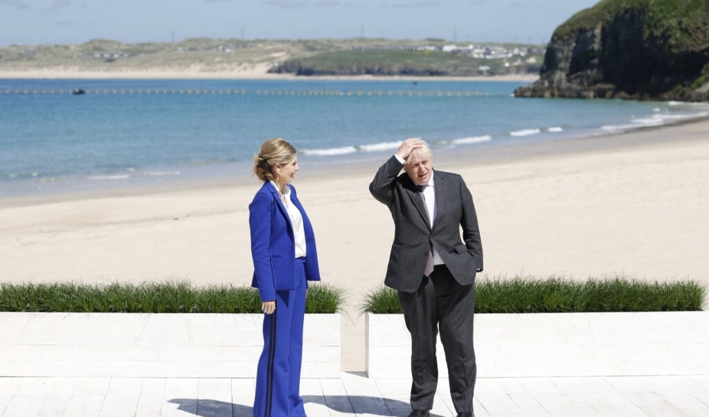 De Britse premier Boris Johnson staat samen met zijn vrouw Carrie klaar om de gasten van de G7-top te ontvangen.  (beeld afp / Adrian Dennis)