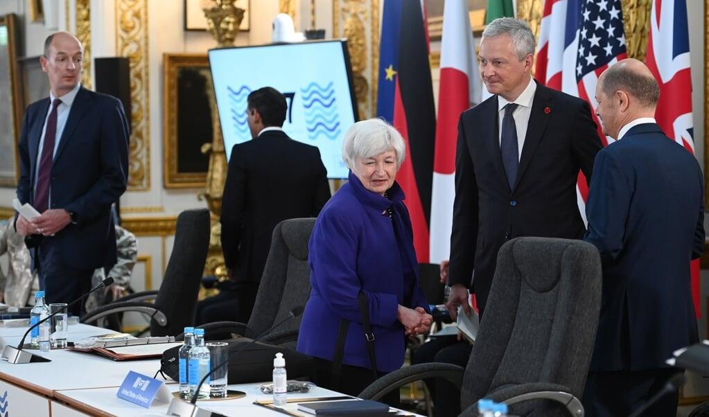 De Amerikaanse minister van financiën Janet Yellen (m.) ontmoette begin deze maand in Londen collega-ministers van de G7, met wie ze over internationale belastinghervormingen sprak. De officiële G7-top volgde een week later.  (beeld epa / Andy Rain)