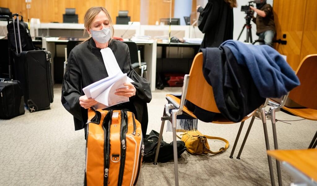 Advocaat Liesbeth Zegveld van nabestaanden van Max Papilaja en Hansina Uktolseja in de rechtszaal.  (beeld anp / Bart Maat)