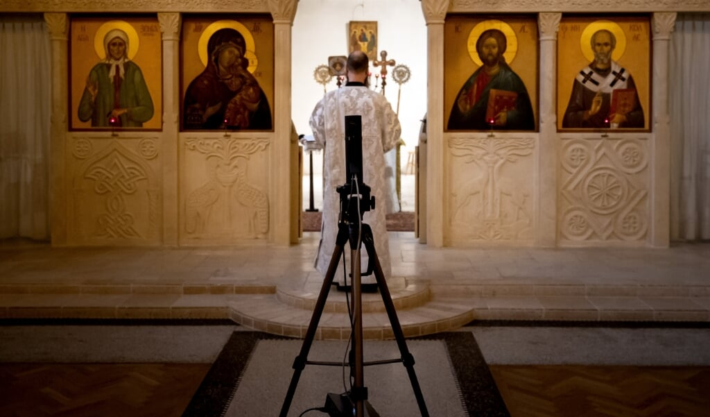 Een online viering in de Russisch-orthodoxe kerk in Amsterdam.  (beeld anp / Koen van Weel)