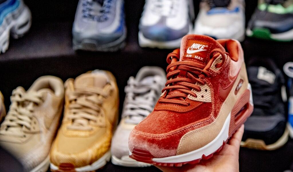 Het dilemma: sporten of schoenen kopen waar een luchtje aan zit?  (beeld anp / Robin Utrecht)