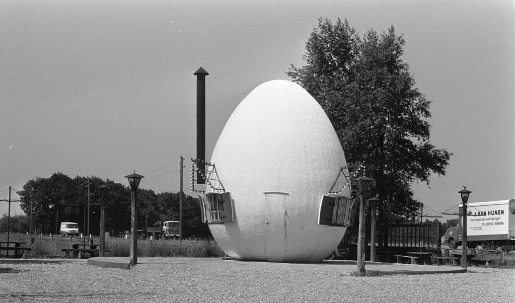 Het bijzondere ei-huisje, ergens op de Veluwe.  (beeld anefo / Bert Verhoeff)