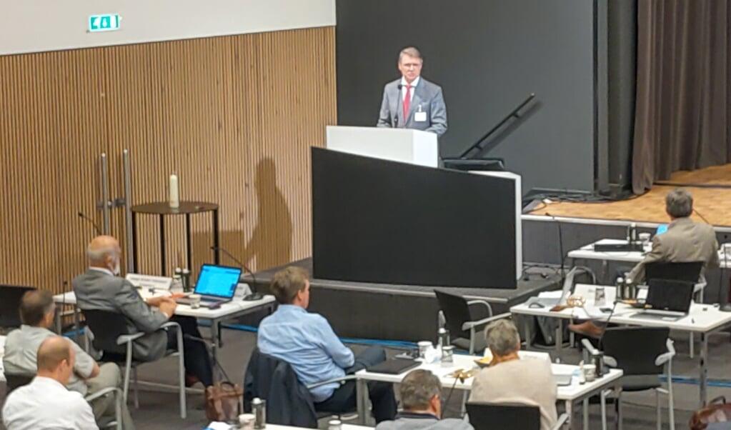 Scriba René de Reuver tijdens zijn toespraak na zijn herbenoeming.   (beeld nd)