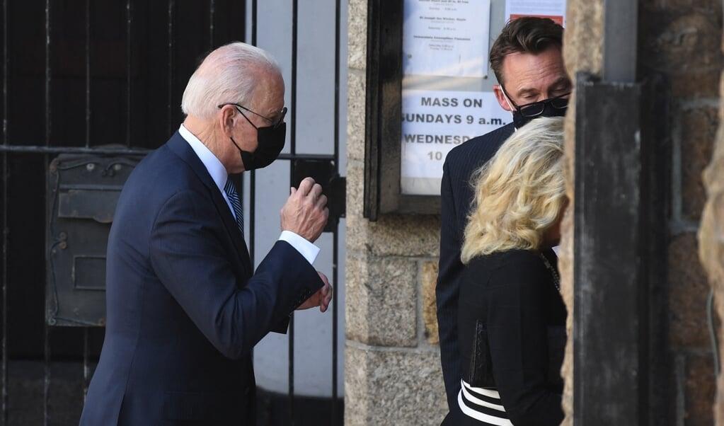De Amerikaanse president Joe Biden bezocht op 13 juni de rooms-katholieke mis in het Engelse Cornwall waar de topontmoeting van de G7 plaatsvond.   (beeld afp / Daniel Leal-olivas)