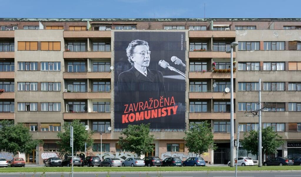 Herdenking van de zeventigste sterfdag van Milada Horáková in 2020. 'Vermoord door de communisten' staat er in het Tsjechisch op het doek.  (beeld wikimedia commons)