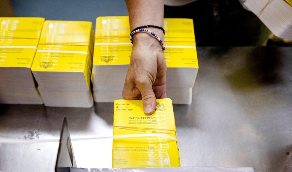 Het gele vaccinatieboekje, een internationaal bewijs van inenting.  (beeld anp / sem van der wal)