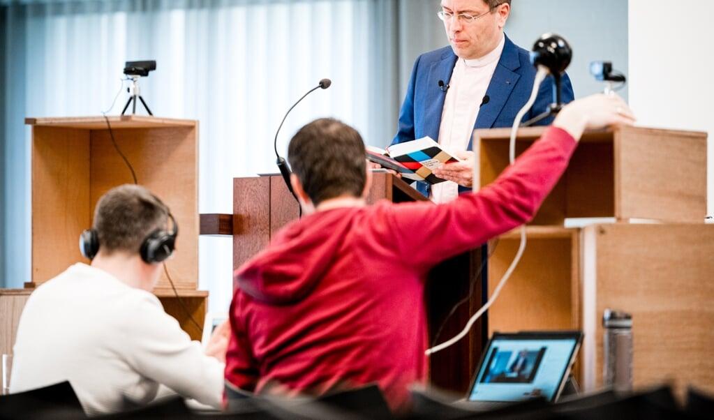 De Tilburgse dominee Otto Grevink tijdens de online coronaviering in de Opstandingskerk. Ook na corona zullen veel kerken online diensten blijven aanbieden.   (beeld anp / rob Engelaar)