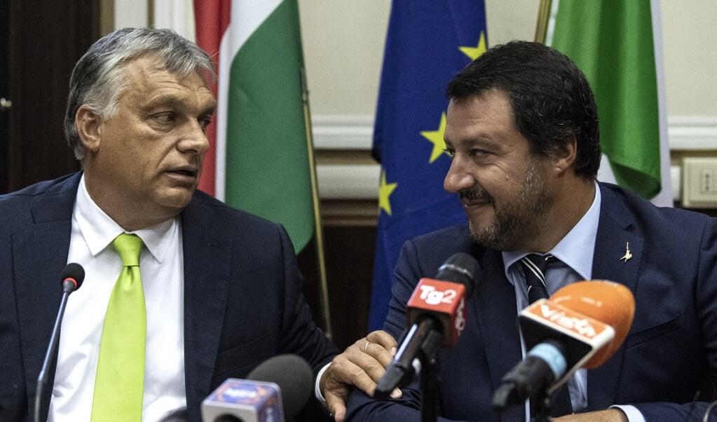 Viktor Orbán (l) en Matteo Salvini komen dichter bij een rechts-nationalistisch front in de Europese Unie.  (beeld afp / Marco Bertorello)