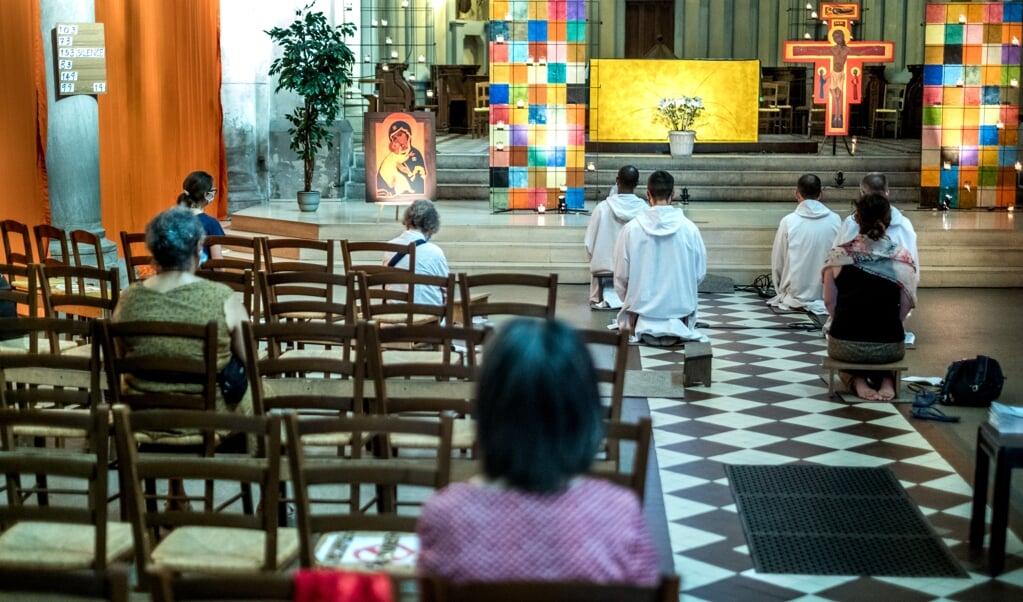 De broeders van Taizé zijn in Pantin, nabij Parijs, in een wijk met grote sociale problemen. Elke dag houden zij een gebedsdienst.  (beeld Michael Bunel)