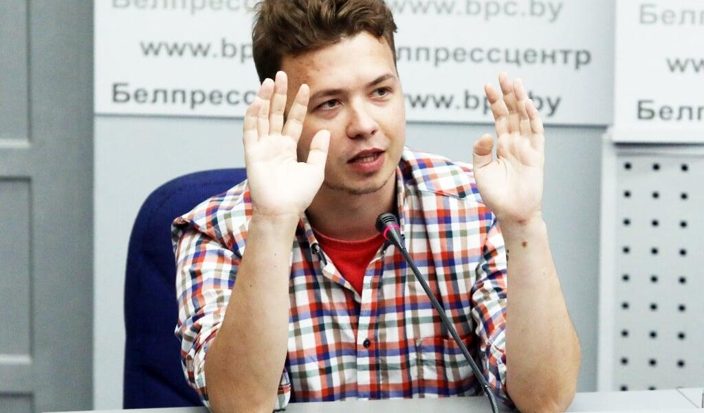 Pratasevitsj tijdens een persconferentie op het ministerie van Buitenlandse Zaken in Belarus, op 14 juni. Tijdens zijn gevangenschap werd de journalist herhaaldelijk gedwongen steun te betuigen voor het Loekasjenko-regime.  (beeld afp)