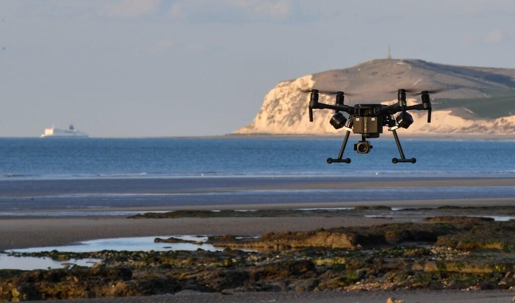 De Franse politie zoekt met drones naar overstekende vluchtelingen.  (beeld afp / Denis Charlet)