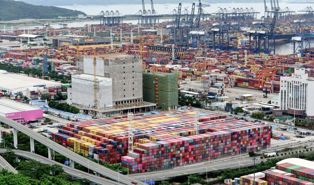 Personeel in de haven van Yantian moest op de werkplek in quarantaine.  (beeld afp)