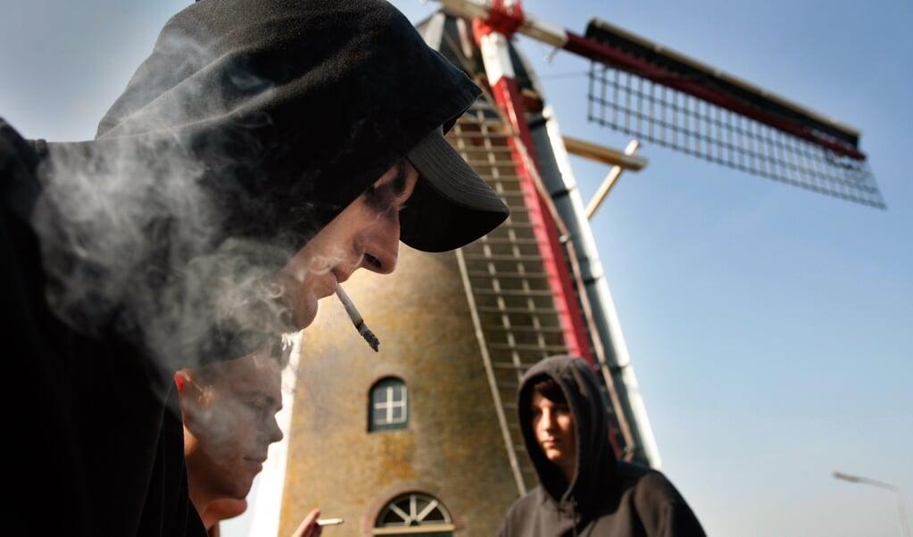 Jongeren in Oude-Tonge, in 2006.  (beeld Arie Kievit)