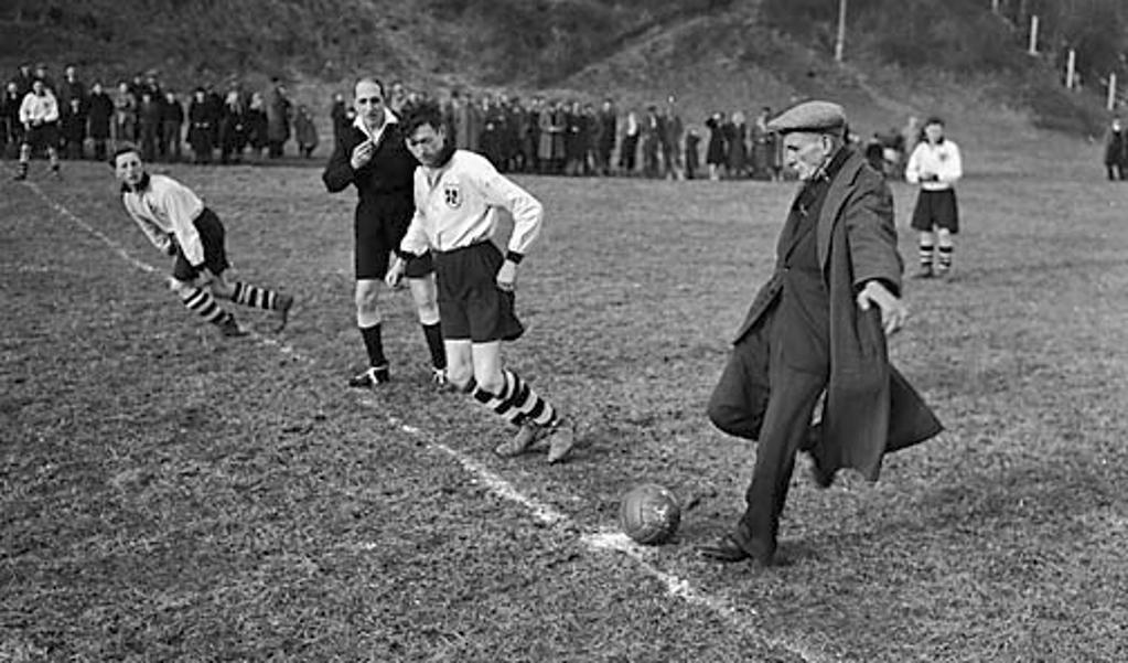 Billy Meredith in 1950 te gast bij de voetbalclub Glynceiriog uit Wales.  (beeld wikimedia)