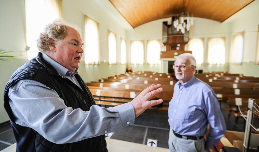 Geert Bruinsma (l.) en Henk Siegers in het Witte Kerkje.  (beeld Maarten Boersema)