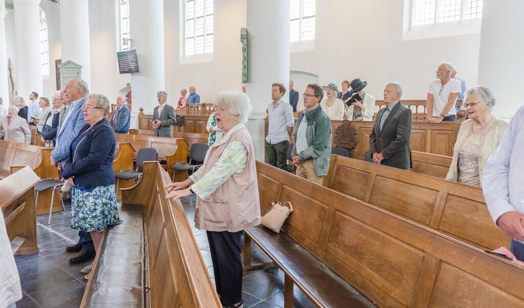 Voor het eerst sinds de coronacrisis mocht iedereen alle liederen meezingen in de Oude Kerk in Scheveningen.  (beeld Margot Berends)