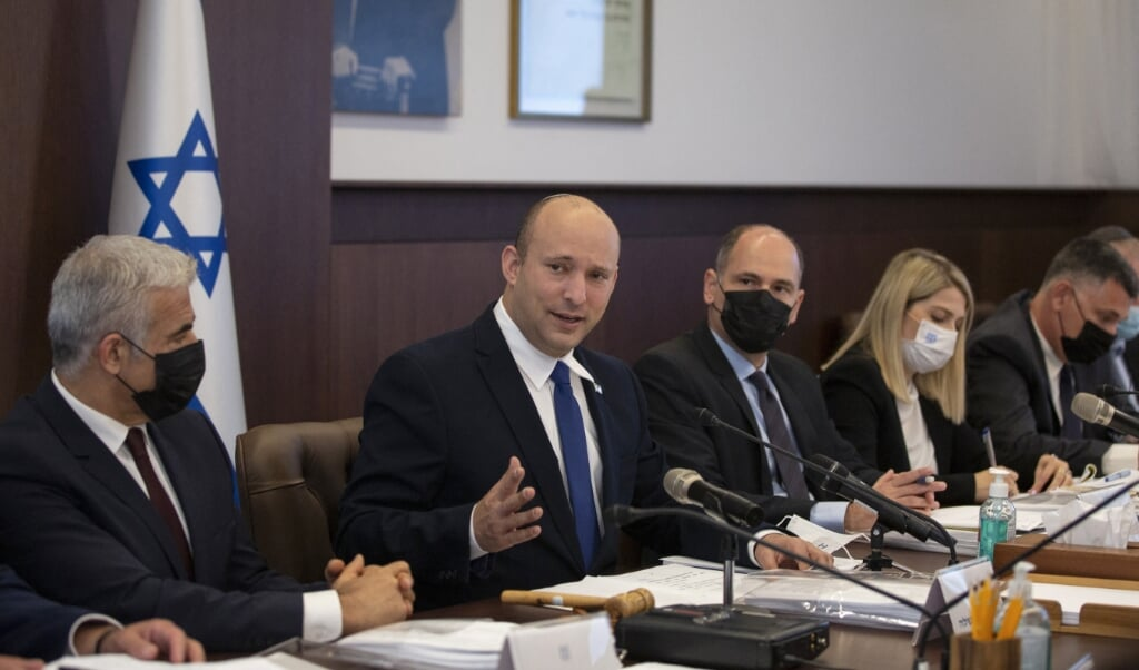 De Israëlische premier Naftali Bennett heeft opnieuw de crisiscommissie bijeengeroepen.  (beeld afp / Maya Alleruzzo)
