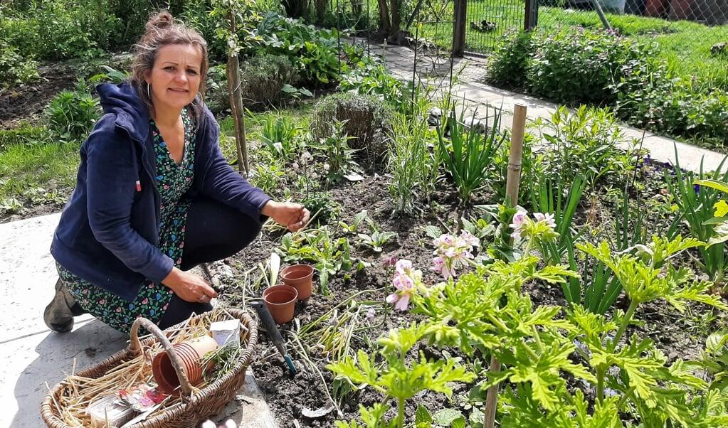 Hanneke Monsma: 'Bij veel mensen gaat het zaaien fout. Ze stoppen de zaadjes te diep onder de grond.'  (beeld nd)