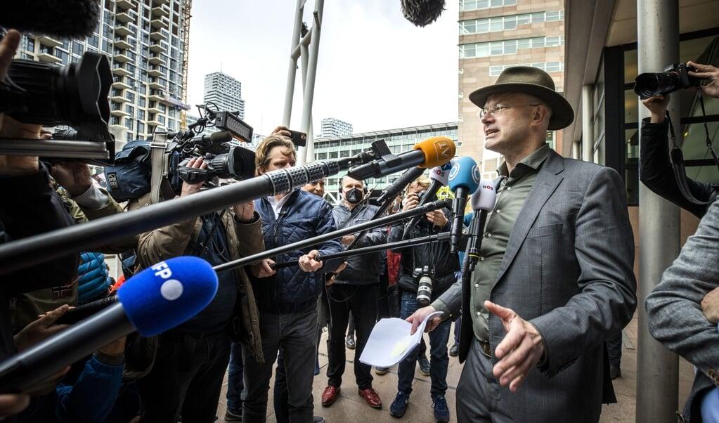 Directeur Donald Pols van Milieudefensie staat na afloop van de uitspraak van de rechtbank in Den Haag over de inzet van Shell, eind mei, de pers te woord. De zaak wordt gesteund door ruim 17.000 burgers.  (beeld anp / Remko de Waal)