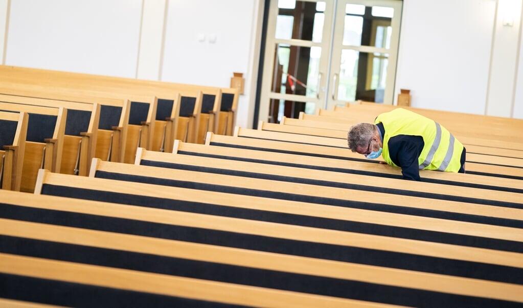 Coronamaatregelen in het hersteld-hervormde kerkgebouw in Putten.  (beeld anp / Jeroen Jumelet)