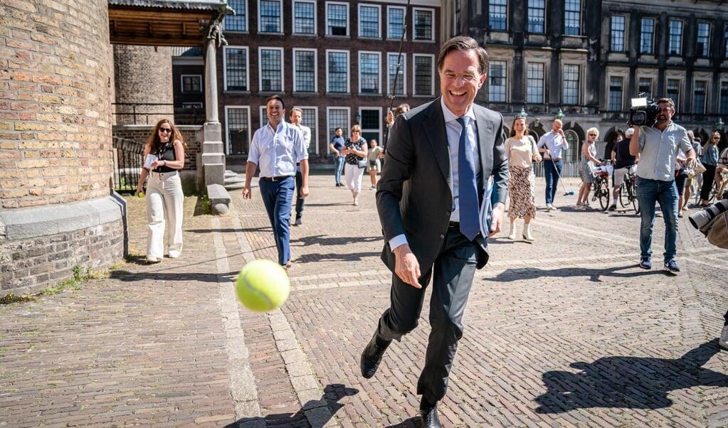 Premier Rutte dolt met een balletje op het Binnenhof na afloop van een gesprek met informateur Mariëtte Hamer.  (beeld anp / Bart Maat)