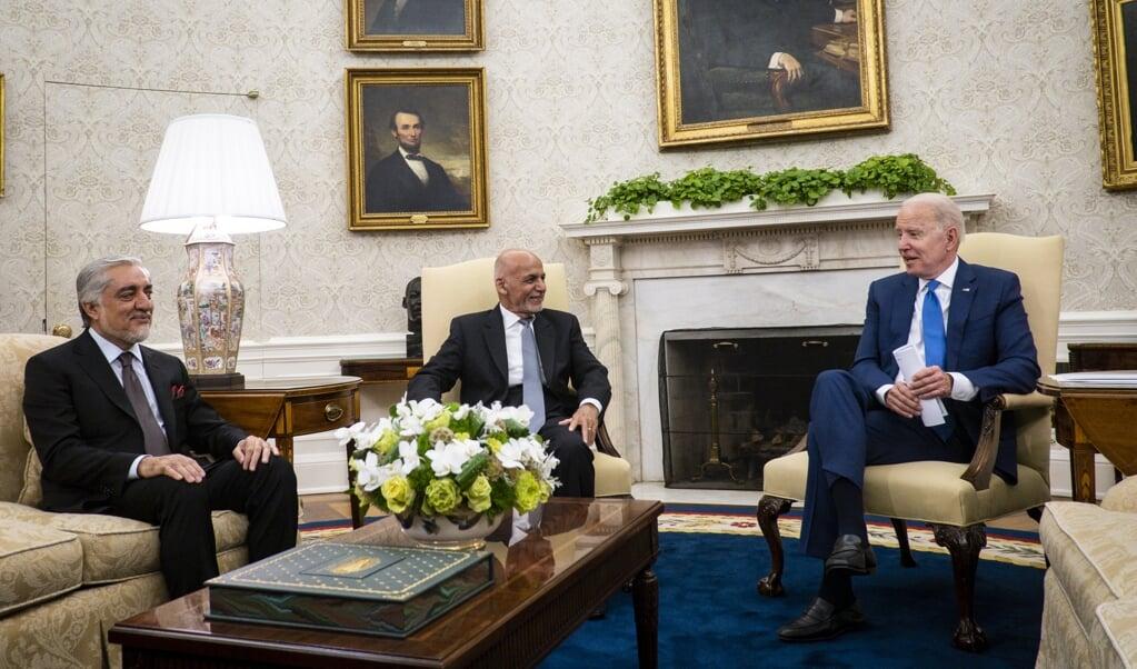 President Biden, de Afghaanse president Ghani en de voorzitter van de Nationale Verzoeningsraad Abdullah.   (beeld epa / Pete Marovich)