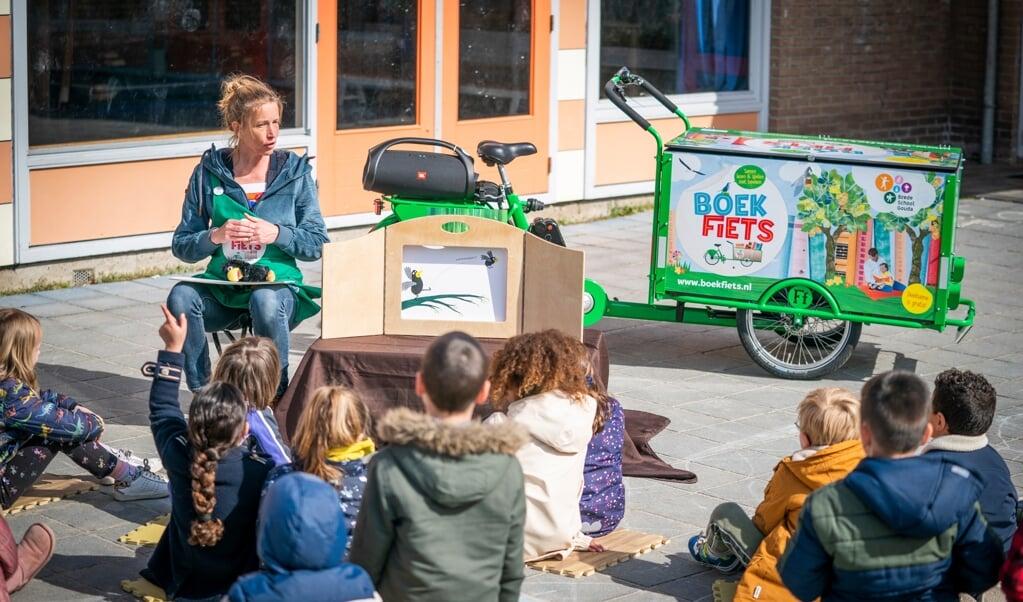Sandy van Echtelt met haar Boekfiets: 'Als kinderen genieten van taal en verhalen, zullen ze uiteindelijk zelf ook gaan lezen.'  (beeld Jeroen  Jumelet)