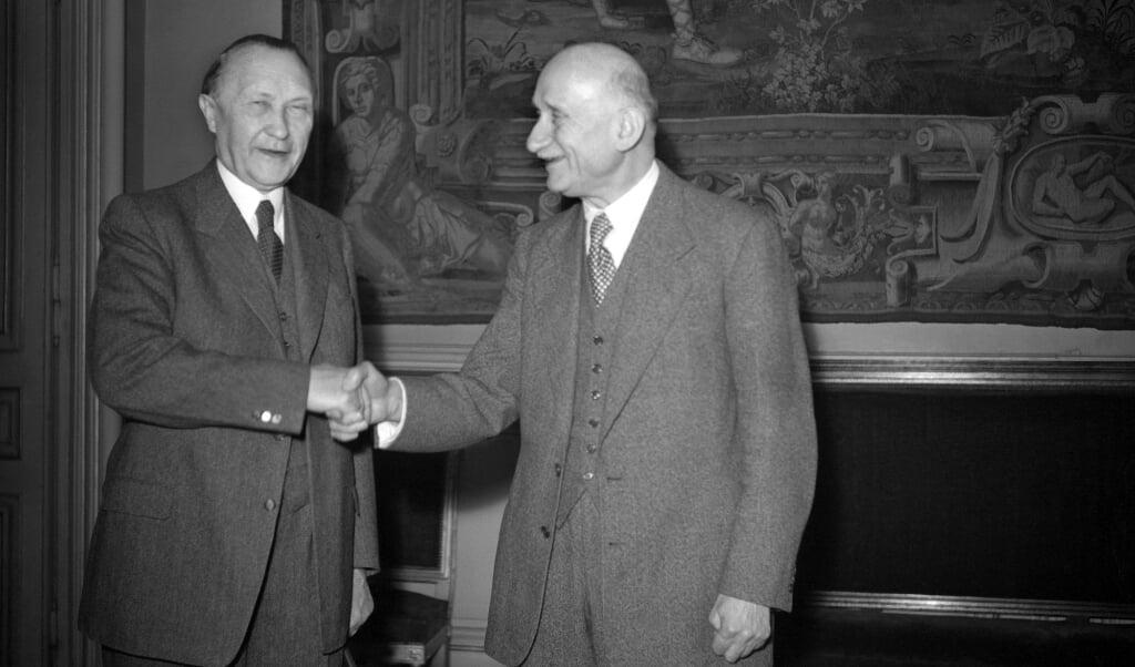 Robert Schuman (rechts) ontvangt de Duitse kanselier Konrad Adenauer in zijn hoedanigheid van voorzitter van het Europees Parlement in oktober 1959.  (beeld AFP)