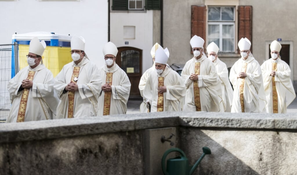 De bisschoppen van Zwitserland op weg naar de wijding van bisschop Joseph Bonnemain tot bisschop van Chur op 19 maart 2021.  (beeld Epa / Alexandra Wey)