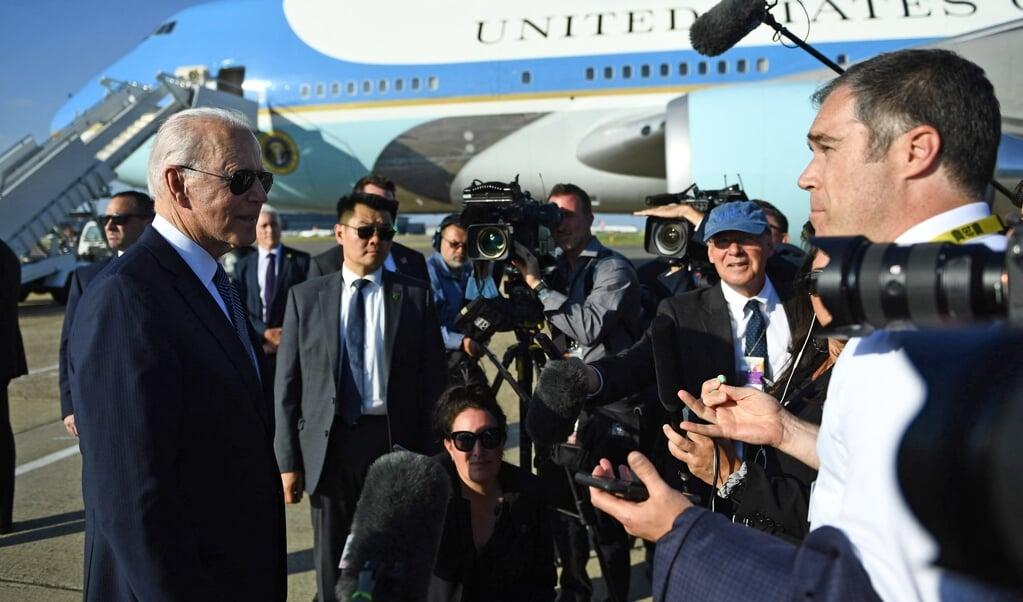 De Amerikaanse president Joe Biden (links) staat zondag bij zijn vertrek uit Londen na het bijwonen van de G7-top en een bezoek aan de Britse koningin Elizabeth de pers te woord. Rust en daadkracht van de nieuwe president vallen op.  (beeld afp / Brendan Smialowski)